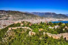 Vue panoramique sur les murs de château, le château inférieur et la ville du château supérieur dans Alanya Images stock