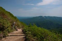 Vue panoramique sur les pentes vertes autour du bâti Kurodake Images libres de droits