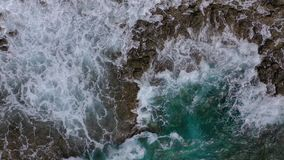 Vue panoramique sur une côte déserte Côte rocheuse de l'île de Ténérife Des images aériennes de drones d'ondes océaniques atteign clips vidéos