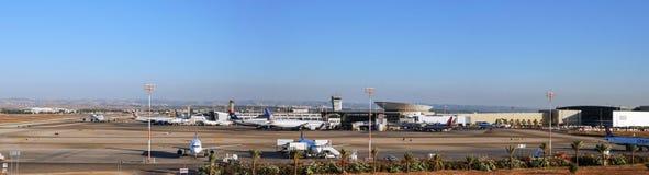 Vue panoramique très grande sur se garer d'avions photo stock