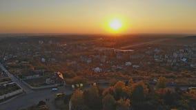 Vue panoramique Uzhhorod Ukraine l'Europe sur une petite ville au lever de soleil ci-dessus pendant l'automne banque de vidéos