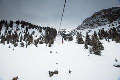 Vue panoramique vers le haut d'une vallée de montagne avec le télésiège Images stock