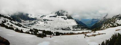 Vue panoramique vers le lac caché glacé photo stock
