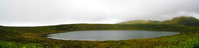 Vue panoramique vers le lac Caldeira Rasa à l'île de Flores, Açores portugal Photographie stock libre de droits