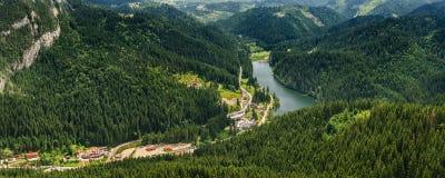 Vue panoramique vers le lac rouge Lacu Rosu AKA, Roumanie Photographie stock