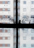 Vue par de vieilles fenêtres de ceinture Photo stock