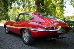 Vue par derrière de la voiture rouge de Jaguar de vintage photos stock