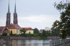 Vue par derrière la rivière à la cathédrale catholique de Jean-Baptist à Wroclaw photo libre de droits