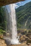 Vue par derrière une cascade dans Julian Alps, Slovénie photographie stock libre de droits