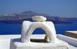 Vue par la cheminée d'île de Thirassia à Santorini Photos stock