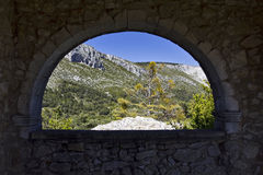 Vue par la fenêtre arquée de la chapelle De Notre Dame, Bargeme, la variété, France Photos stock