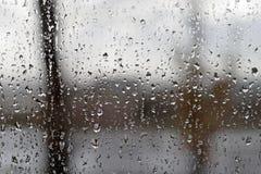 Vue par la fenêtre avec la texture abstraite des gouttes de pluie Image stock