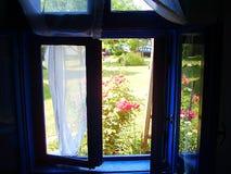 Vue par la fenêtre bleue Image stock