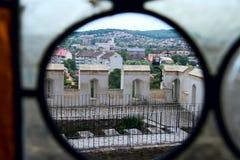 Vue par la fenêtre décorative dans le vieux château Photo libre de droits