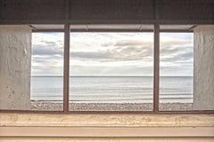 Vue par la fenêtre d'abri dans Llandudno, Pays de Galles du nord, Royaume-Uni Image libre de droits