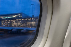 Vue par la fenêtre d'avion au terminal pour passagers Images libres de droits
