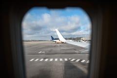 Vue par la fenêtre d'un avion de transport de passagers à l'aéroport Photographie stock libre de droits
