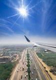 Vue par la fenêtre d'un vol d'avion de passagers au-dessus de Delhi Photo libre de droits