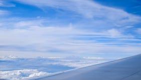 Vue par la fenêtre d'un vol d'avion de passagers au-dessus de Londres Image libre de droits