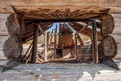 Vue par la fenêtre dans le vieux yurt en bois image libre de droits