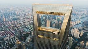 Vue par la fenêtre de Changhaï au secteur résidentiel de basse hausse Photographie stock