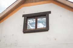 Vue par la fenêtre sur la maison avec la construction endommagée et effondrée de toit après catastrophe naturelle de conséquence photo libre de droits