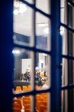 Vue par la fenêtre d'un bâtiment à l'orque de musique classique Photos stock