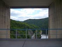 Vue par la grande fenêtre concrète sur un barrage images libres de droits