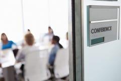 Vue par la porte de la salle de conférence à la réunion d'affaires Image stock