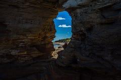 Vue par la roche photo libre de droits