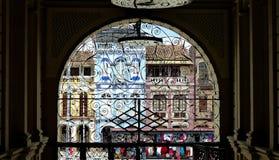 Vue par la voûte et le trellis décoratif sur des bâtiments, Equateur photographie stock libre de droits
