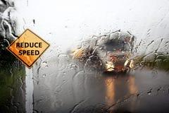 Vue par le bouclier de vent du jour pluvieux Photographie stock libre de droits