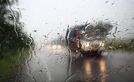 Vue par le bouclier de vent du jour pluvieux fort Image stock
