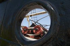 Vue par le hublot sur la plate-forme du navire reconstitué de pêche à la baleine photo libre de droits