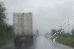 Vue par le pare-brise sur la route dans la saison des pluies Photo stock