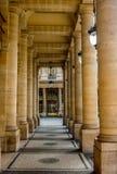 Vue par le passage couvert des colonnes au centre de la ville de Paris image stock