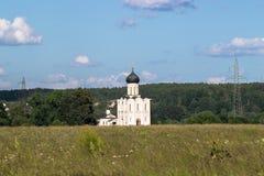 Vue par le pré de Bogolyubovo vers l'église de l'intervention de la Vierge Marie sur la rivière de Nerl Photo stock
