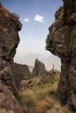 Vue par un intervalle en montagnes de Simien Photos stock