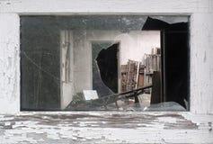 Vue par une fenêtre cassée Photos libres de droits