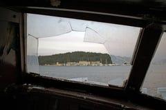 Vue par une fenêtre cassée images libres de droits