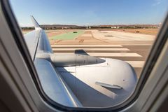 Vue par une fenêtre d'avion au sol Photo libre de droits