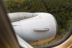 Vue par une fenêtre d'avion sur la turbine Image libre de droits