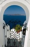Vue par une porte, Santorini, Grèce Photographie stock libre de droits