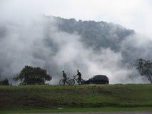 Vue parfaite de la nature en Colombie avec des personnes jouant le vélo photographie stock libre de droits