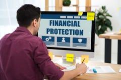 vue partielle d'homme d'affaires travaillant sur l'ordinateur avec l'inscription financière de protection sur l'écran sur le lieu images stock