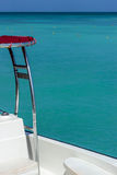 Vue partielle de bateau avec Crystal Blue Ocean Water à l'arrière-plan Image libre de droits
