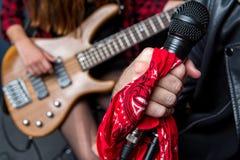 Vue partielle de l'homme chantant dans le microphone avec la femme jouant la guitare Photos stock