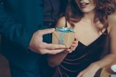 vue partielle de l'homme présentant le cadeau à l'amie Photos stock