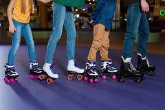 vue partielle des parents et des enfants patinant sur le rouleau image libre de droits