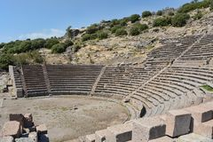 Vue partielle du théâtre antique d'Assos photos libres de droits
